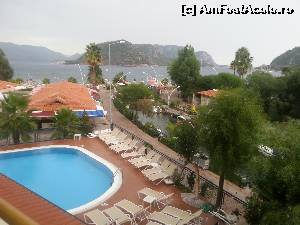 "P05 <small>[OCT-2014]</small> Vedere din camera spre piscina si mare. Hotelul are oricum toate camerele cu vedere spre mare.  » foto by adynutza26   <span class=""allrVoted glyphicon glyphicon-heart hidden"" id=""av567840""></span> <a class=""m-l-10 hidden pull-right"" id=""sv567840"" onclick=""voting_Foto_DelVot(,567840,945)"" role=""button"">șterge vot <span class=""glyphicon glyphicon-remove""></span></a> <img class=""hidden pull-right m-r-10 m-l-10""  id=""f567840W9"" src=""/imagini/loader.gif"" border=""0"" /> <a id=""v9567840"" class="" c-red pull-right""  onclick=""voting_Foto_SetVot(567840)"" role=""button""><span class=""glyphicon glyphicon-heart-empty""></span> <b>LIKE</b> = Votează poza</a><span class=""AjErrMes hidden"" id=""e567840ErM""></span>"