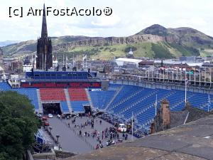 "P17 [AUG-2017] Arena de la intrarea in Castelul din Edinburgh, unde are loc in fiecare august, spectacolul Royal Tatoo Millitary.  -- foto by <b>Aurici</b> [uploaded 04.10.17] - <span class=""allrVotedi"" id=""av908600"">Foto VOTATĂ de mine!</span><div class=""delVotI"" id=""sv908600""><a href=""/pma_sterge_vot.php?vid=&fid=908600"">Şterge vot</a></div><span id=""v9908600"" class=""displayinline;""> - <a style=""color:red;"" href=""javascript:votez(908600)""><b>LIKE</b> = Votează poza</a><img class=""loader"" id=""f908600Validating"" src=""/imagini/loader.gif"" border=""0"" /><span class=""AjErrMes""  id=""e908600MesajEr""></span>"