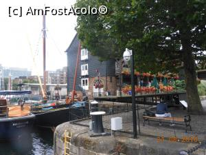 P17 <small>[AUG-2016]</small> The Dickens Inn - Așa se vede pub-ul din St. Katharine Docks.  » foto by iulianic  -  &lt;span class=&quot;allrVoted glyphicon glyphicon-heart hidden&quot; id=&quot;av783154&quot;&gt;&lt;/span&gt; &lt;a class=&quot;m-l-10 hidden&quot; id=&quot;sv783154&quot; onclick=&quot;voting_Foto_DelVot(,783154,9129)&quot; role=&quot;button&quot;&gt;șterge vot &lt;span class=&quot;glyphicon glyphicon-remove&quot;&gt;&lt;/span&gt;&lt;/a&gt; &lt;a id=&quot;v9783154&quot; class=&quot; c-red&quot;  onclick=&quot;voting_Foto_SetVot(783154)&quot; role=&quot;button&quot;&gt;&lt;span class=&quot;glyphicon glyphicon-heart-empty&quot;&gt;&lt;/span&gt; &lt;b&gt;LIKE&lt;/b&gt; = Votează poza&lt;/a&gt; &lt;img class=&quot;hidden&quot;  id=&quot;f783154W9&quot; src=&quot;/imagini/loader.gif&quot; border=&quot;0&quot; /&gt;&lt;span class=&quot;AjErrMes hidden&quot; id=&quot;e783154ErM&quot;&gt;&lt;/span&gt;