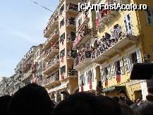 P11 <small>[înc: 12.12.09]</small> Corfu Town - Obiceiul aruncarii ulcioarelor cu apa de la balcoane in ziua de Paste