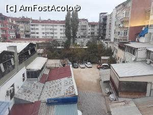 "P20 [OCT-2018] Vedere din micul balcon franțuzesc în curtea din spate unde am parcat mașinile.  -- foto by <b>Aurici</b> [uploaded 28.12.18] - <span class=""allrVotedi"" id=""av1044609"">Foto VOTATĂ de mine!</span><div class=""delVotI"" id=""sv1044609""><a href=""/pma_sterge_vot.php?vid=&fid=1044609"">Şterge vot</a></div><span id=""v91044609"" class=""displayinline;""> - <a style=""color:red;"" href=""javascript:votez(1044609)""><b>LIKE</b> = Votează poza</a><img class=""loader"" id=""f1044609Validating"" src=""/imagini/loader.gif"" border=""0"" /><span class=""AjErrMes""  id=""e1044609MesajEr""></span>"